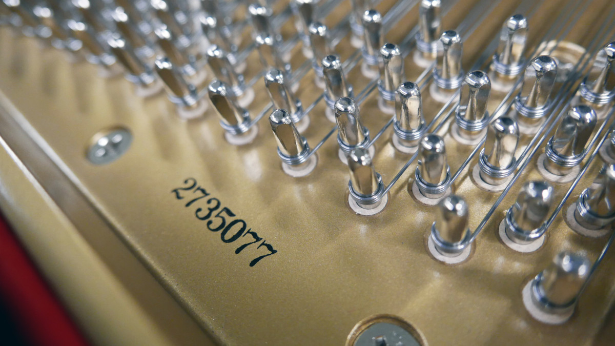piano de cola Kawai GL50 #2735077 numero de serie clavijero clavijas vista lateral