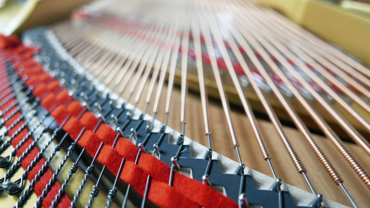 piano de cola Kawai GL50 #2735077 vista trasera cuerdas bordones fieltros interior