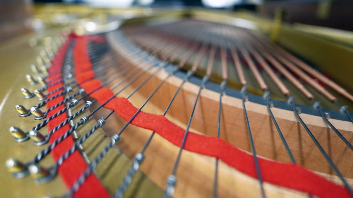 piano de cola Kawai RX7 #2286204 cuerdas puentes fieltros visión trasera