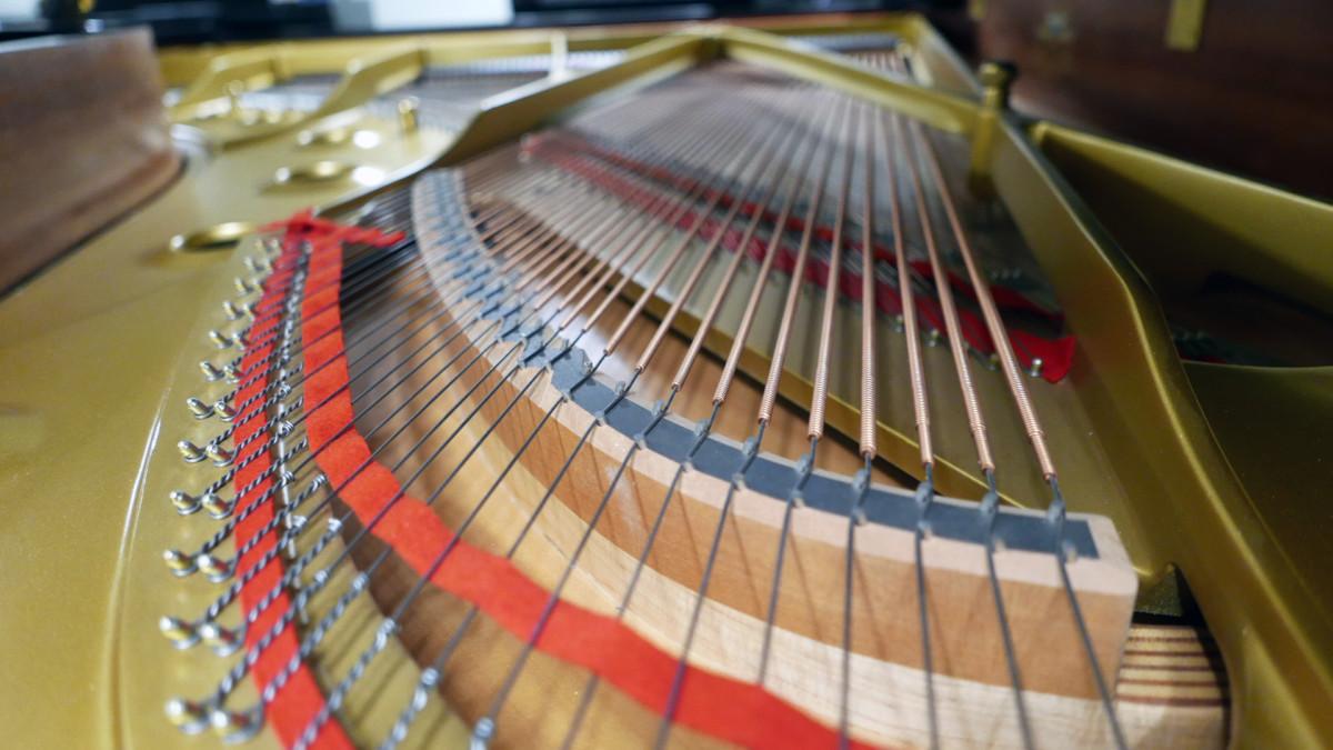 piano de cola Kawai RX7 #2286204 vista trasera arpa cuerdas puentes