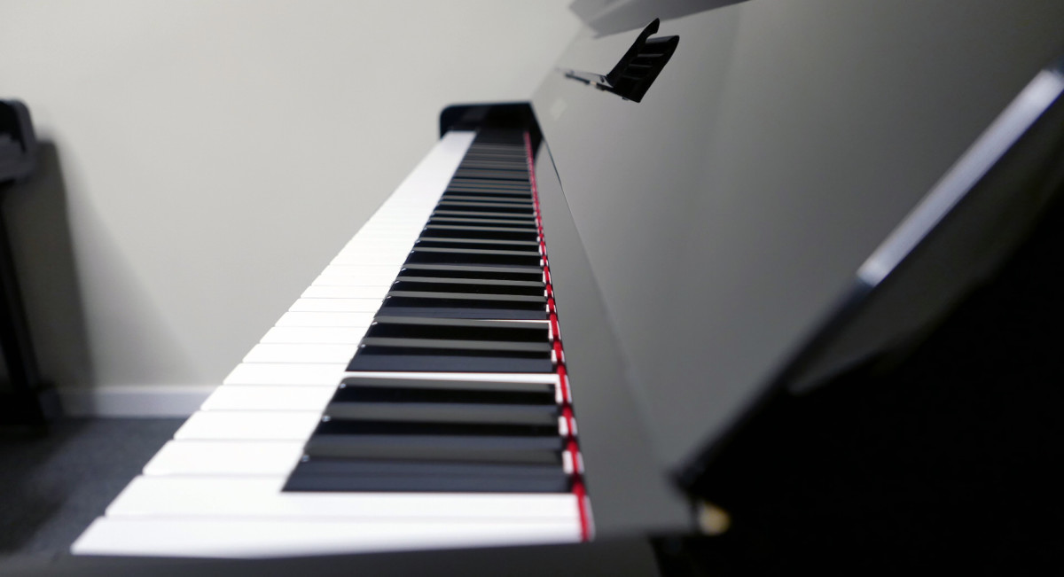 piano vertical Yamaha U3 #2911383 teclado teclas vista lateral