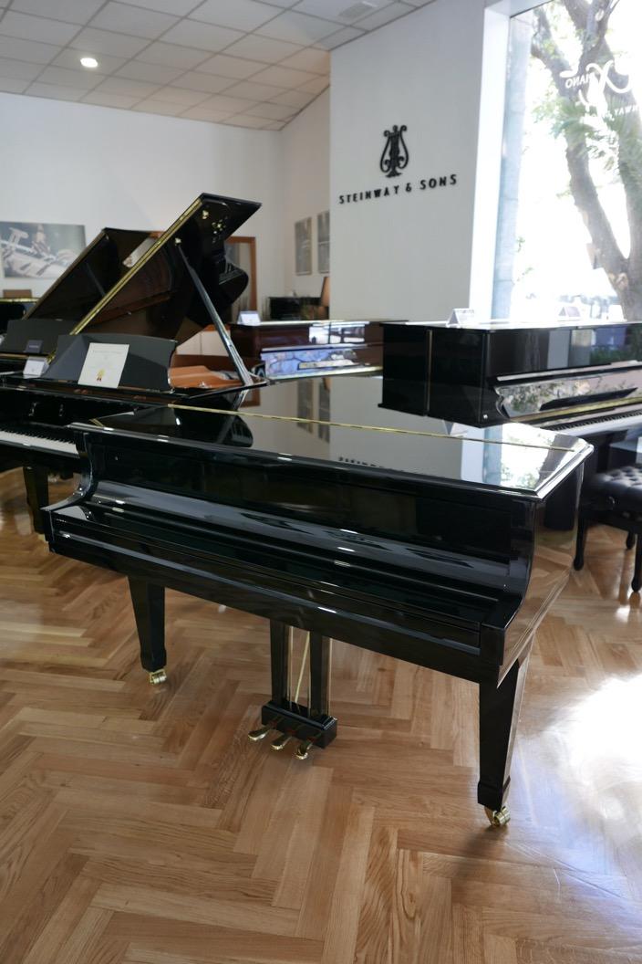 Piano_de_cola_Essex_EGP173C_176537_detalle_vista_general_tapas_superiores_cerradas_segunda_mano