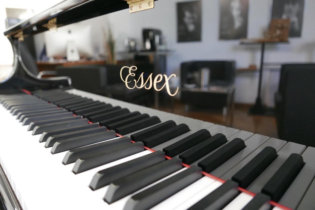 Piano_de_cola_Essex_EGP173C_176537_detalle_teclas_tapa_marca_segunda_mano