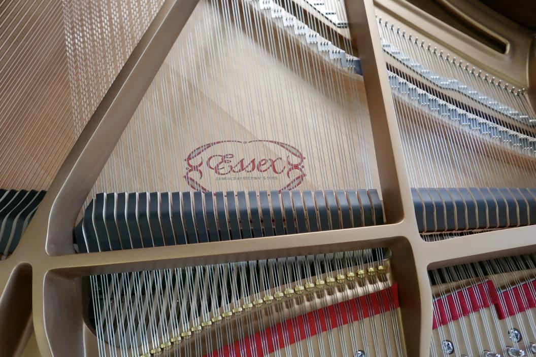 Piano_de_cola_Essex_EGP173C_176537_detalle_cuerdas_apagadores_fieltros_bastidor_tabla_armonica
