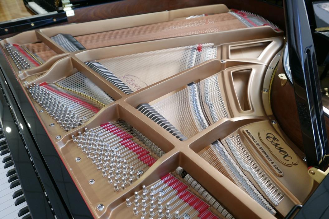 Piano_de_cola_Essex_EGP173C_176537_detalle_clavijas_cuerdas_fieltros_bastidor_segunda_mano