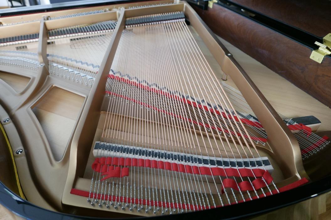 Piano_de_cola_Essex_EGP173C_176537_detalle_tabla _armonica_bordones_cuerdas_fieltros_bastidor_segunda_mano