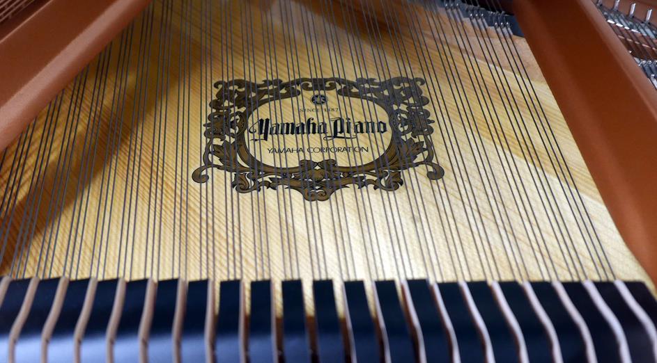 piano-de-cola-yamaha-gc1-transacoustic-6397272-detalle-interior-tabla-armonica-marca