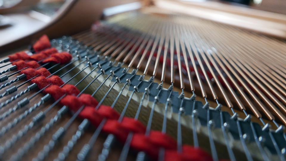 piano-de-cola-yamaha-gc1-transacoustic-6397272-vista-trasera-interior-cuerdas-bordones-