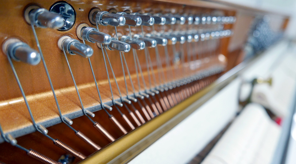 piano vertical König K109 #11771 detalle clavijero clavijas interior mecanica