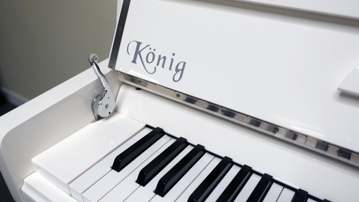 piano vertical König K109 #11771 detalle marca tapa caida lenta