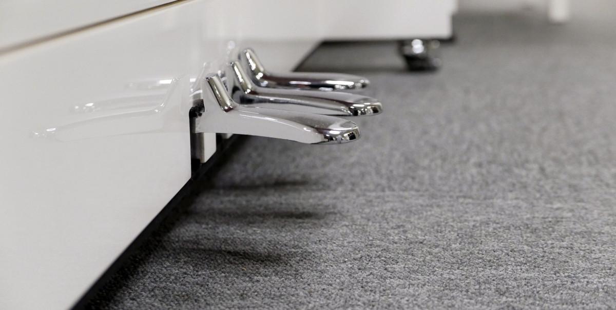 piano vertical König K109 #11771 vista lateral pedales pedal