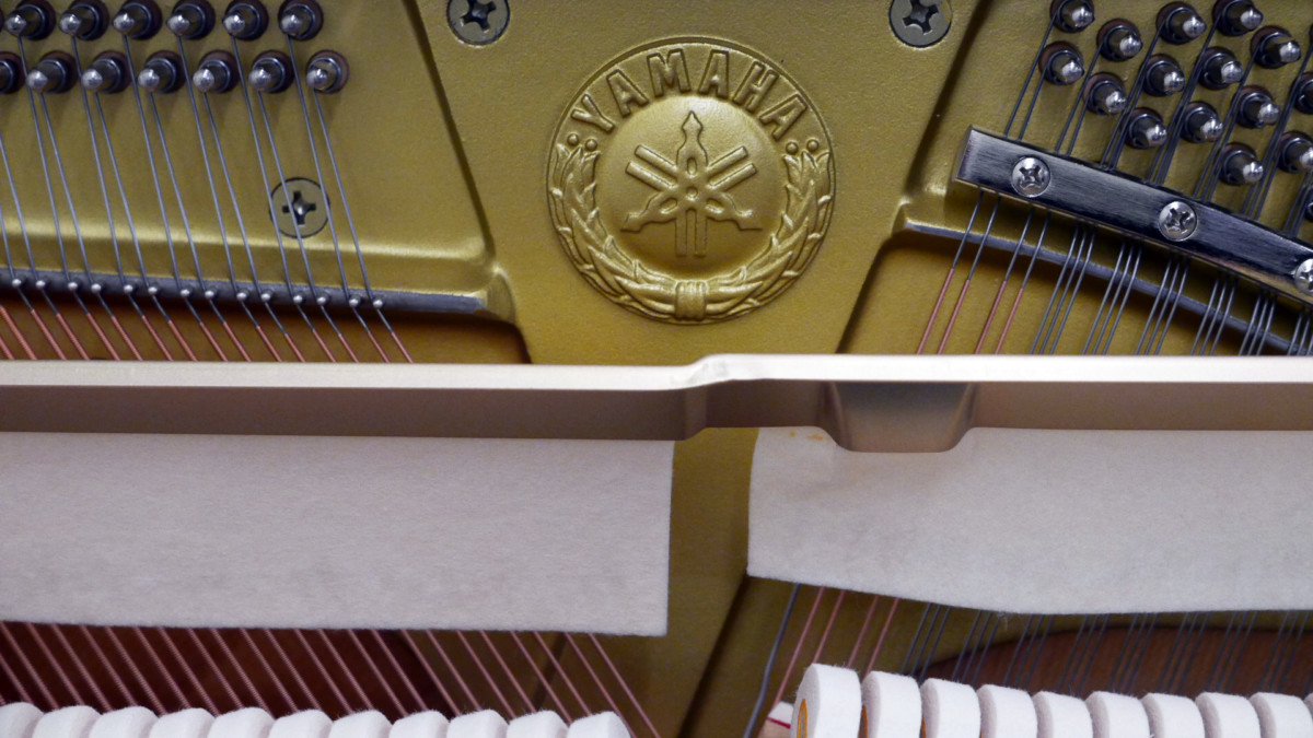 piano vertical Yamaha U100 #5561309 sello clavijero interior sordina