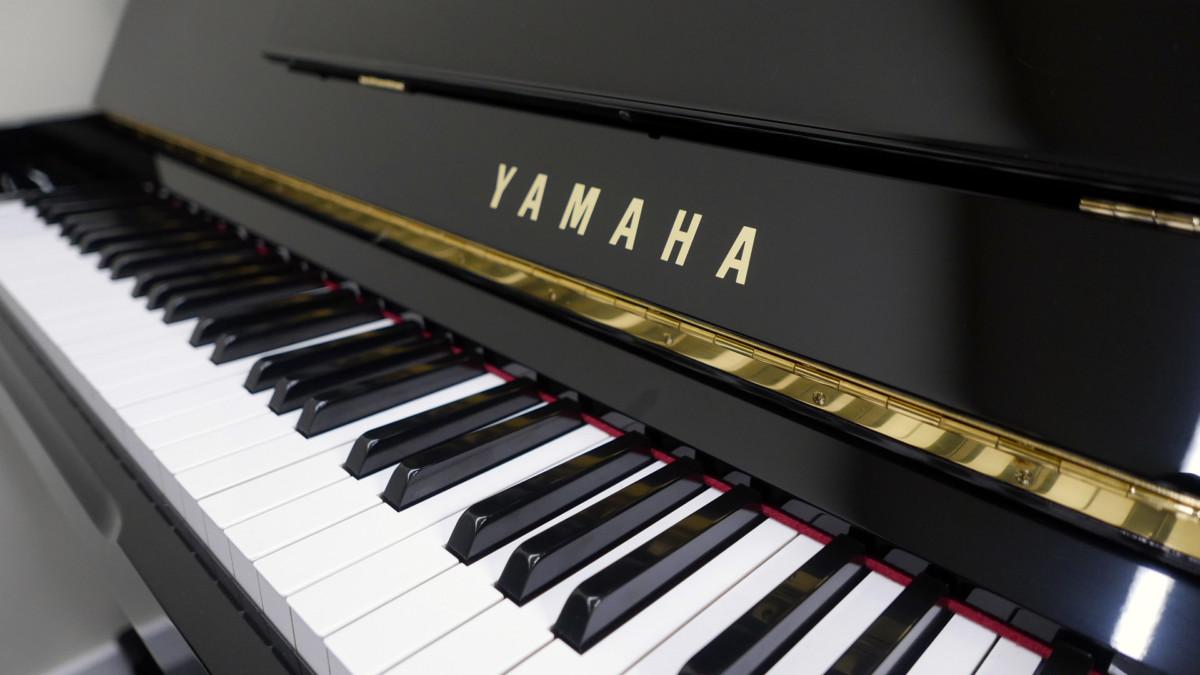 piano vertical Yamaha U100 #5561309 teclado teclas marca