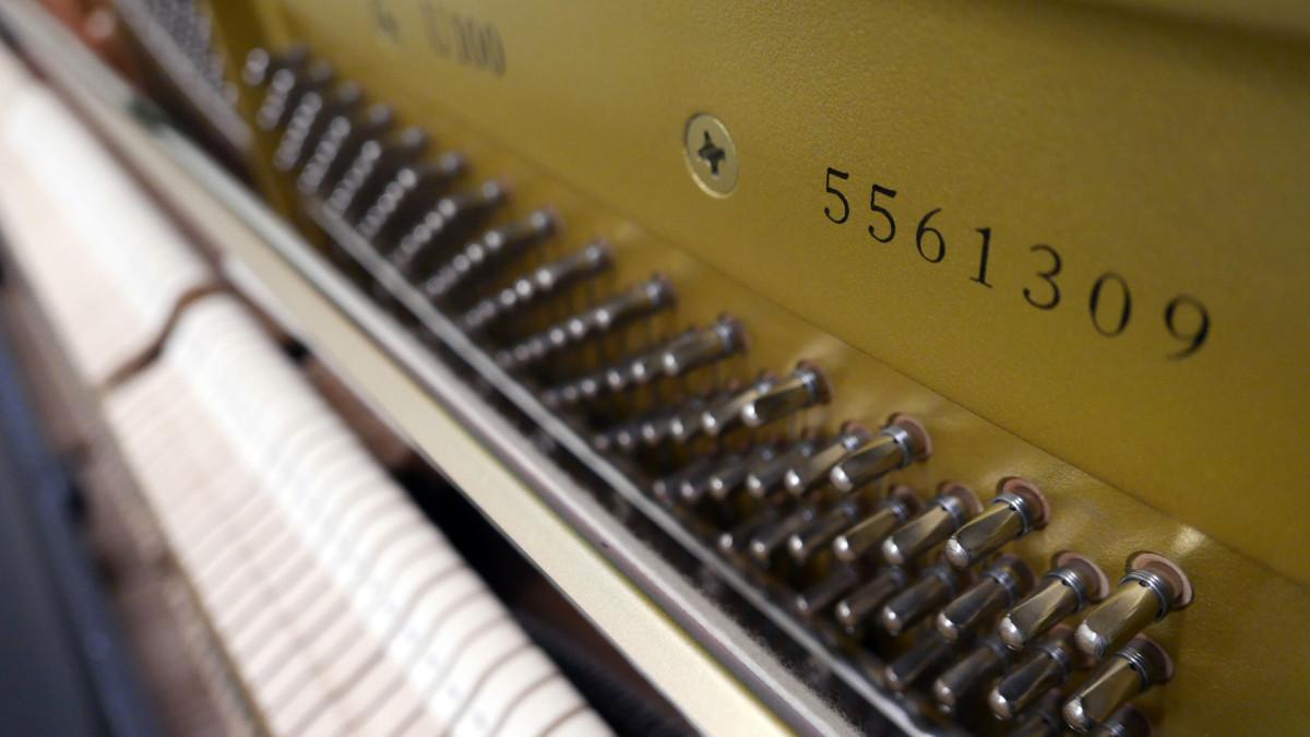 piano vertical Yamaha U100 #5561309 vista lateral arpa numero de serie modelo clavijero