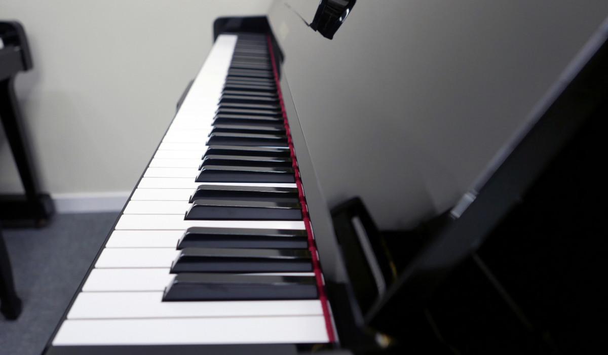 piano vertical Yamaha U100 #5561309 vista lateral teclado teclas