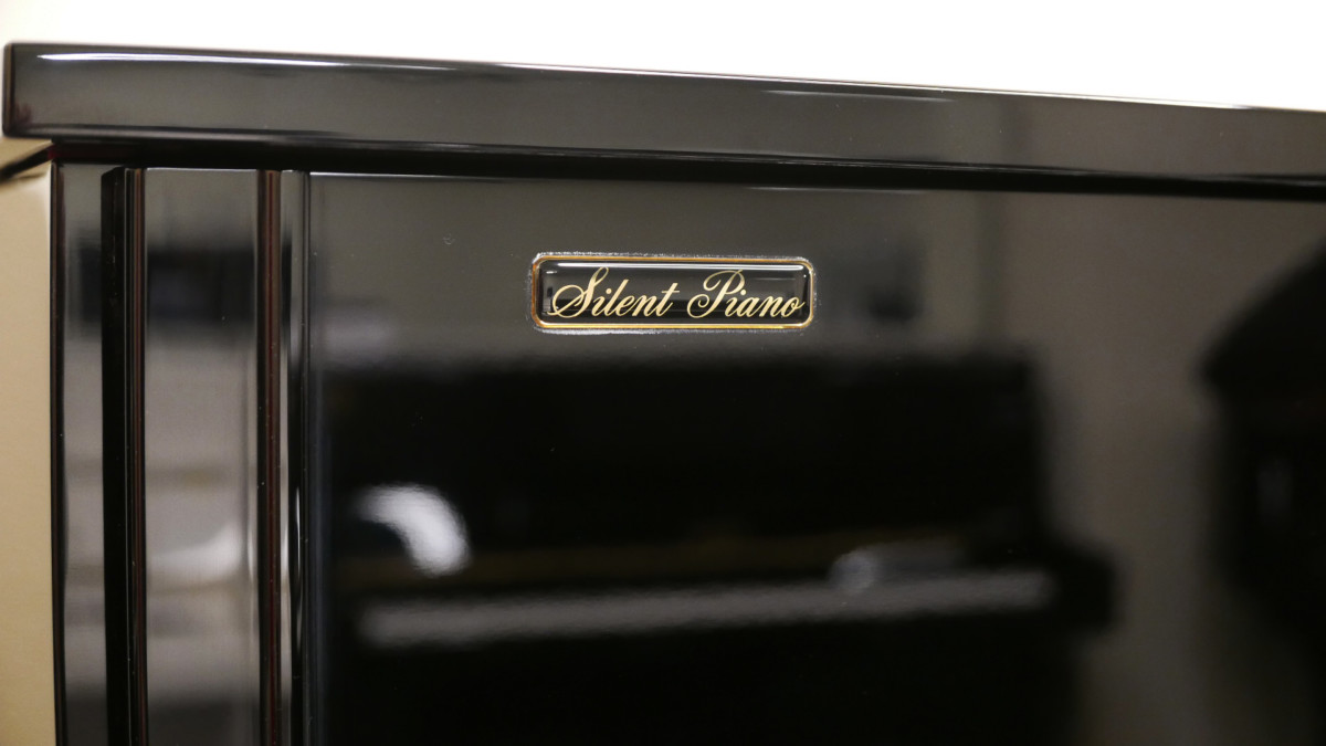 piano vertical Yamaha YS30SB Silent #6082612 detalle silent del mueble