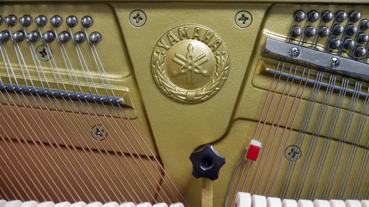piano vertical Yamaha YS30SB Silent #6082612 sello marca arpa clavijero