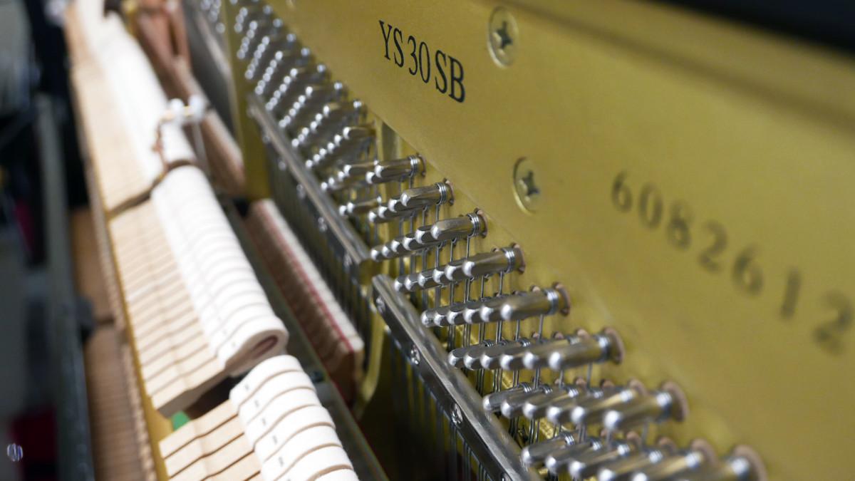 piano vertical Yamaha YS30SB Silent #6082612 vista lateral numero de serie modelo clavija