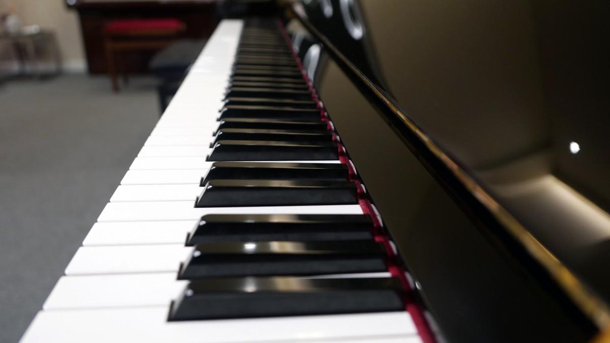 piano vertical Yamaha YS30SB Silent #6082612 vista lateral teclado teclas