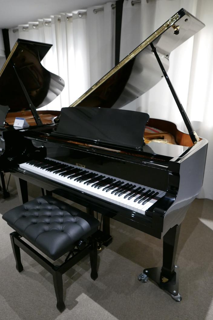 Piano_de_cola_petrof_564865_detalle_vista_general_con_banqueta_segunda_mano