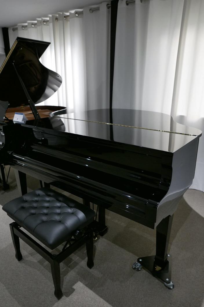 Piano_de_cola_petrof_564865_detalle_vista_general_con_banqueta_tapa_cerrada_segunda_mano