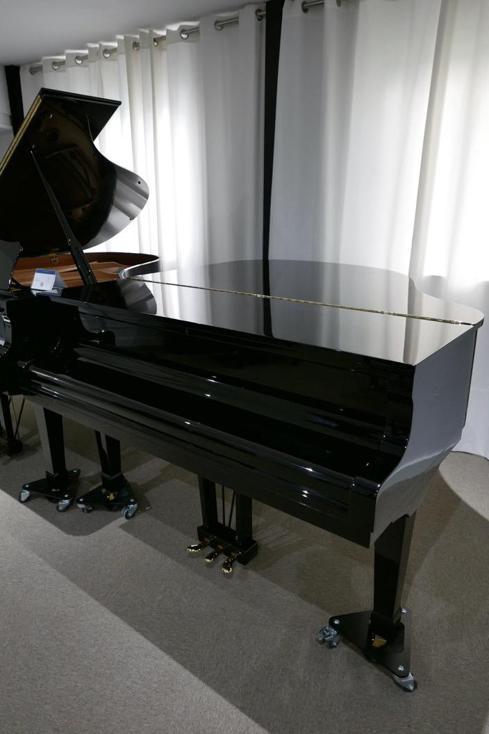 Piano_de_cola_petrof_564865_detalle_vista_general_sin_banqueta_tapa_cerrada_segunda_mano