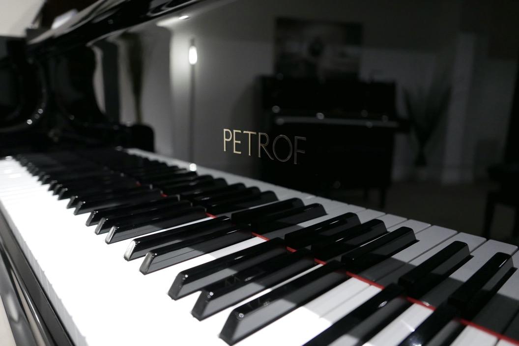 Piano_de_cola_petrof_564865_detalle_teclado_teclas_bisagras_marca_tapa_segunda_mano
