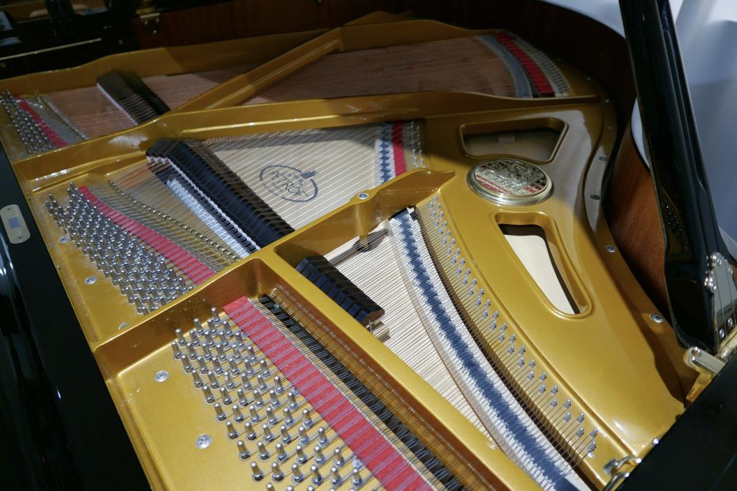 Piano_de_cola_petrof_564865_detalle_bastidor_clavijas_clavijero_segunda_mano