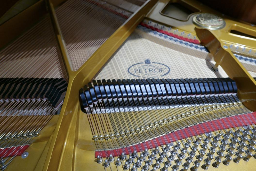 Piano_de_cola_petrof_564865_detalle_bastidor_clavijas_clavijero_apagadores_segunda_mano