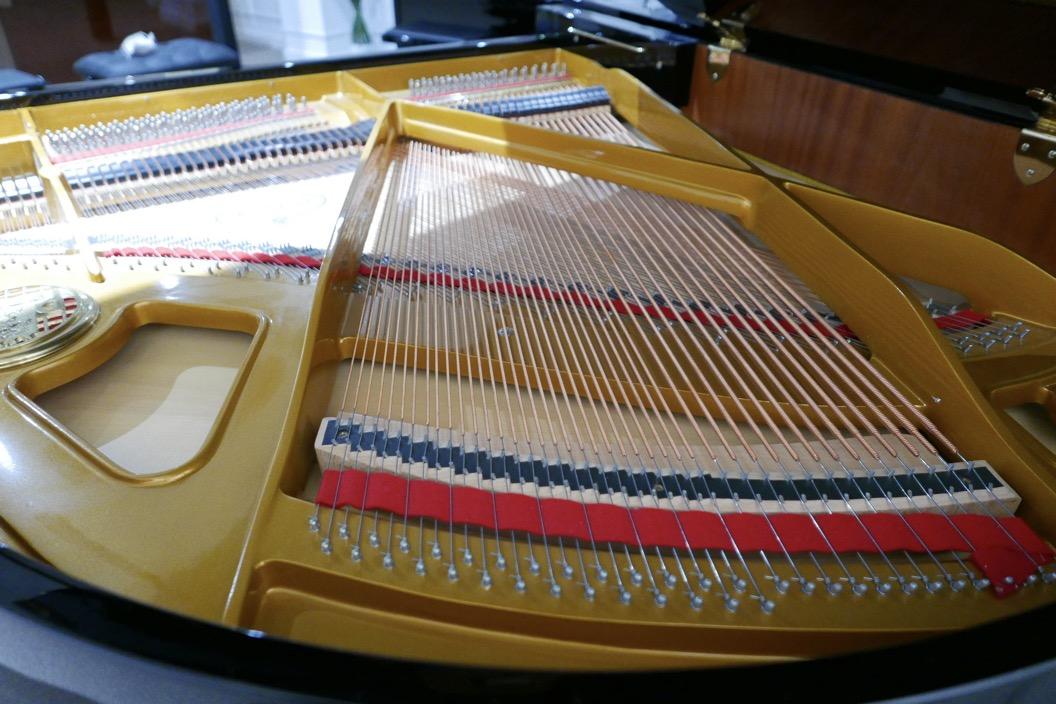 Piano_de_cola_petrof_564865_detalle_bastidor_tabla_armonica_cuerdas_segunda_mano