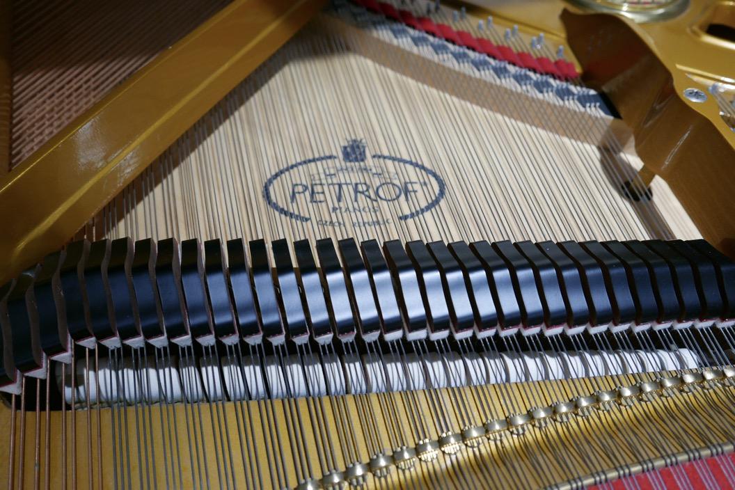 Piano_de_cola_petrof_564865_detalle_bastidor_tabla_armonica_cuerdas_apagadores_logo_segunda_mano