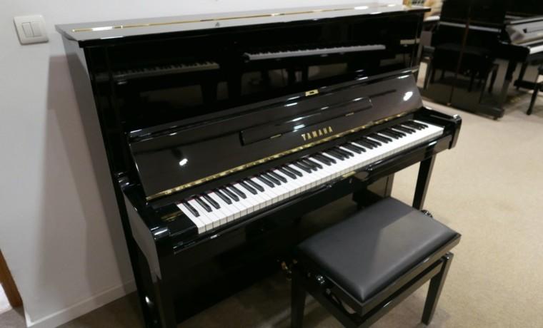 Piano_vertical_Yamaha_U3_2289551_detalle_vista_general_con_banqueta_segunda_mano