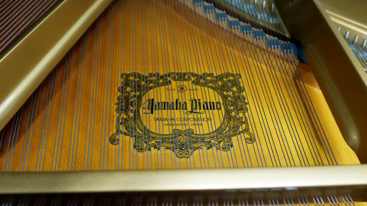 piano de cola Yamaha C3 #4791705 detalle marca tabla armónica interior