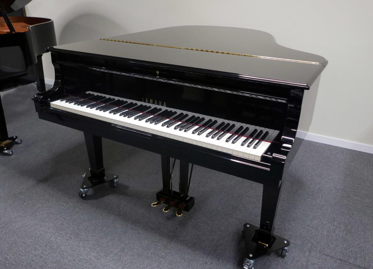 piano de cola Yamaha C3 #4791705 vista general tapa cerrada teclado abierto