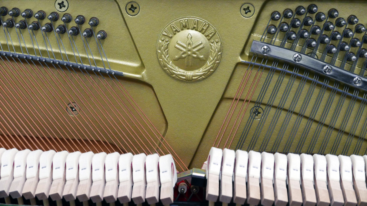 piano vertical Yamaha YU10SEB Silent #5965938 detalle marca firma clavijero martillos mecanica interior