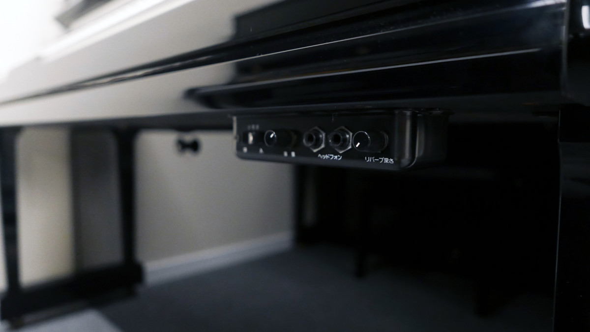piano vertical Yamaha YU10SEB Silent #5965938 detalle sistema silent consola