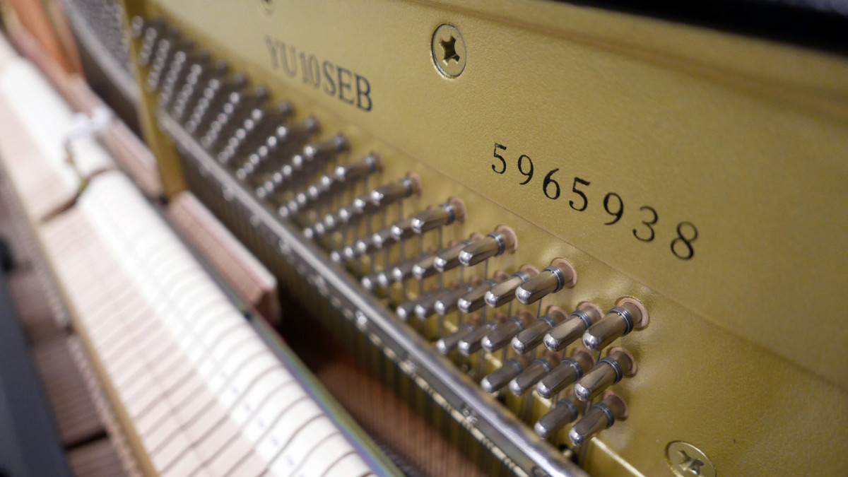 piano vertical Yamaha YU10SEB Silent #5965938 numero de serie modelo clavijero