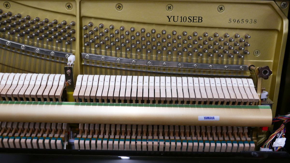 piano vertical Yamaha YU10SEB Silent #5965938 vista frontal mecanica numero de serie modelo martillos clavijero