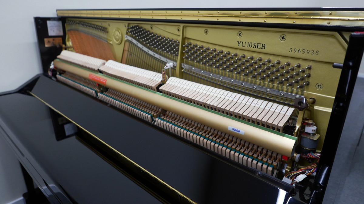 piano vertical Yamaha YU10SEB Silent #5965938 vista general lateral mecanica interior