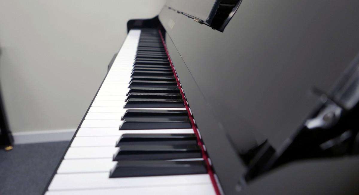 piano vertical Yamaha YU10SEB Silent #5965938 vista lateral teclado teclas