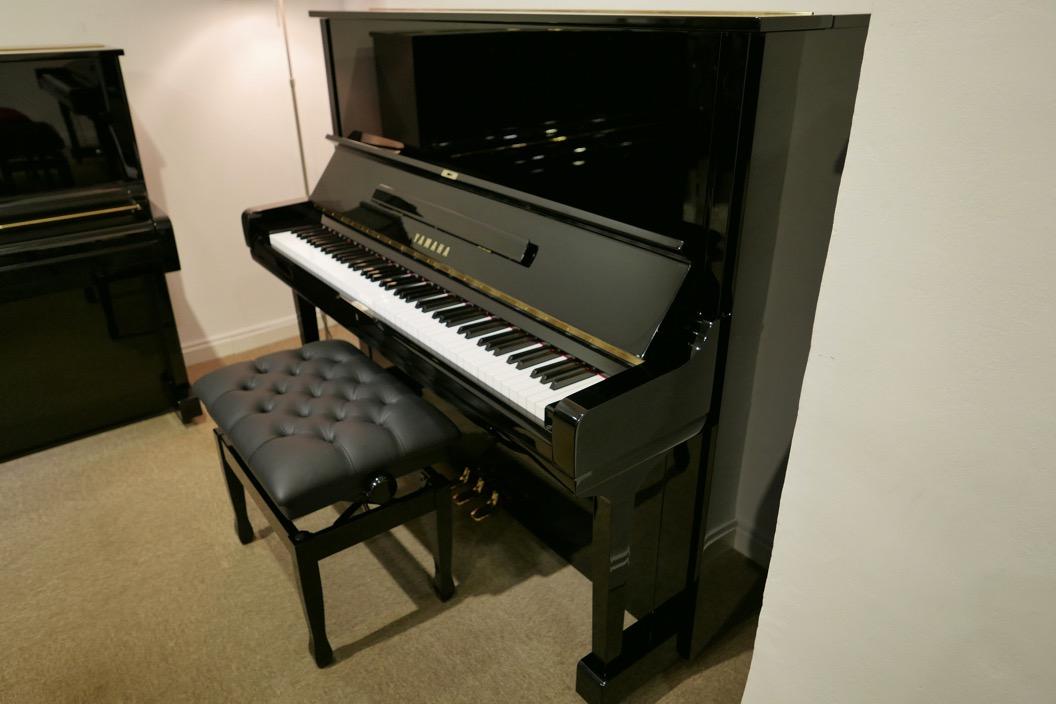 Piano_vertical_Yamaha_U3_2315279_detalle_vista_general_con_banqueta_segunda_mano