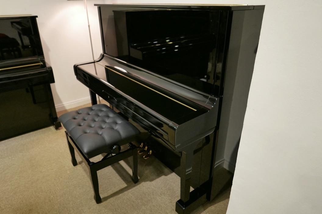 Piano_vertical_Yamaha_U3_2315279_detalle_vista_general_con_banqueta_tapa_cerrada_segunda_mano