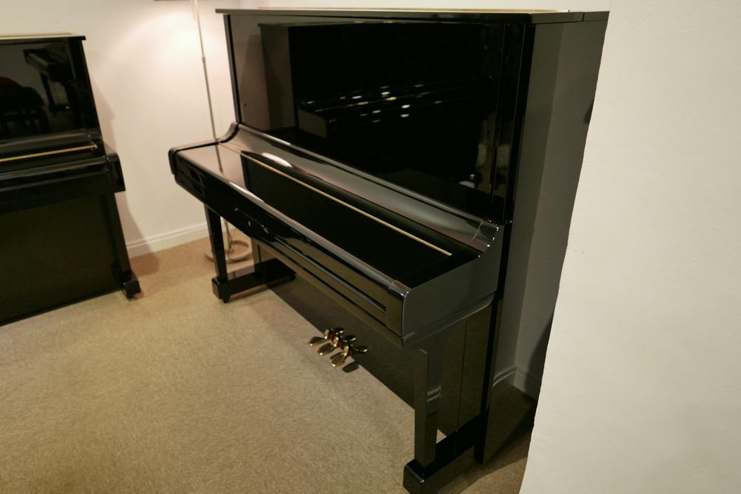 Piano_vertical_Yamaha_U3_2315279_detalle_vista_general_sin_banqueta_tapa_cerrada-segunda_mano