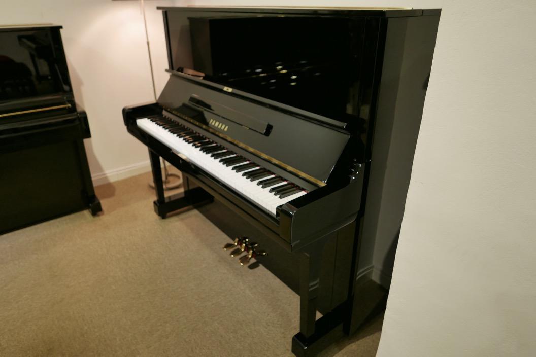 Piano_vertical_Yamaha_U3_2315279_detalle_vista_general_sin_banqueta_tapa_abierta