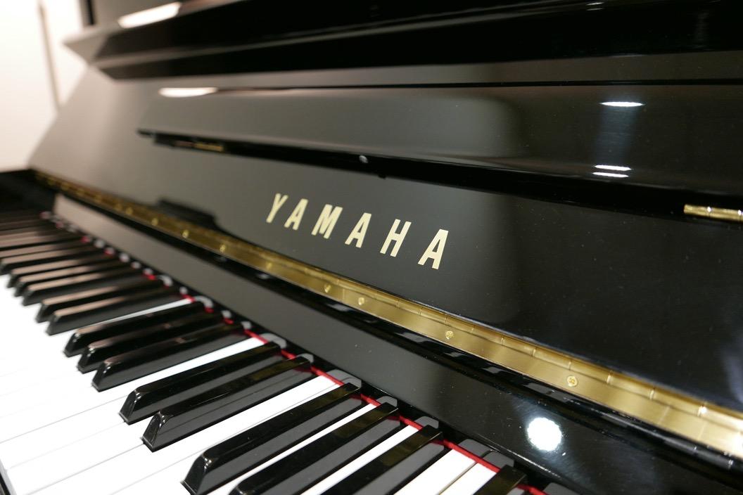Piano_vertical_Yamaha_U3_2315279_detalle_teclado_teclas_tapa_atril_bisagra_segunda_mano