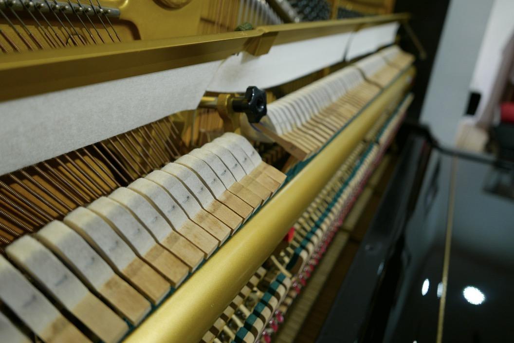 Piano_vertical_Yamaha_U3_2315279_detalle_bastidor_martillos_fieltros_sordina_barra_segunda_mano