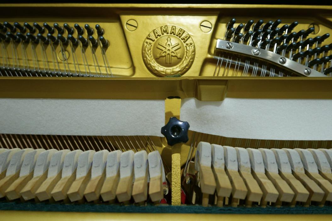 Piano_vertical_Yamaha_U3_2315279_detalle_bastidor_martillos_fieltros_sordina_logo_clavijero_clavijas_segunda_mano
