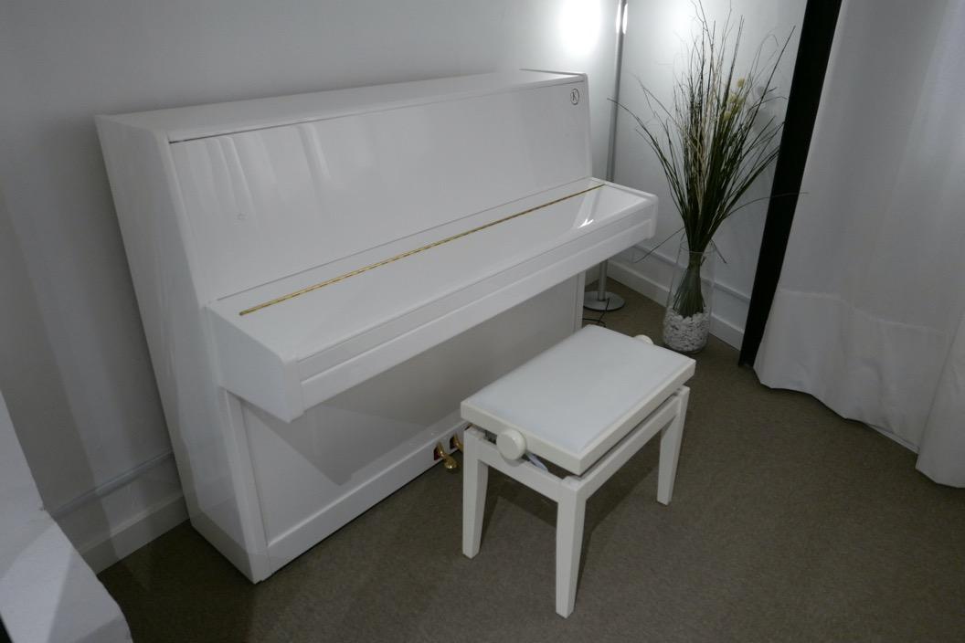 Piano_vertical_Konig_K109H_131639_detalle_vista_general_con_banqueta_tapa_cerrada_segunda_mano
