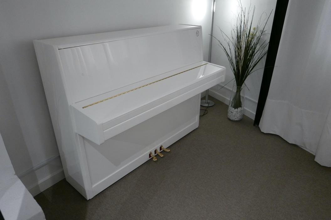 Piano_vertical_Konig_K109H_131639_detalle_vista_general_sin_banqueta_tapa_cerrada_segunda_mano