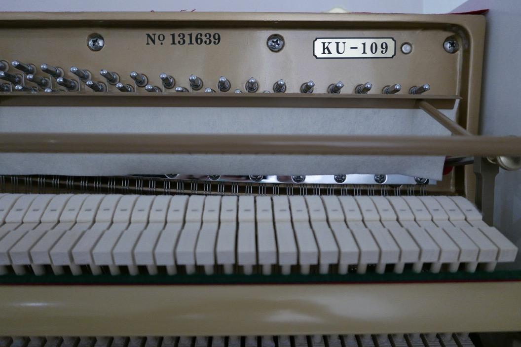Piano_vertical_Konig_K109H_131639_detalle_mecanismo_modelo_numero_de_serie_martillos_sordina_segunda_mano